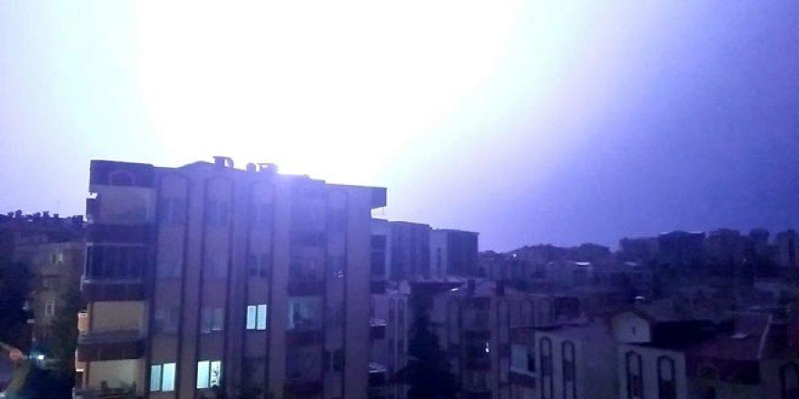 Bursa'da şimşekler geceyi gündüze çevirdi