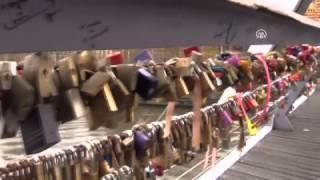 Sevgi köprüsü 'aşk kilitleri'ni taşıyamadı