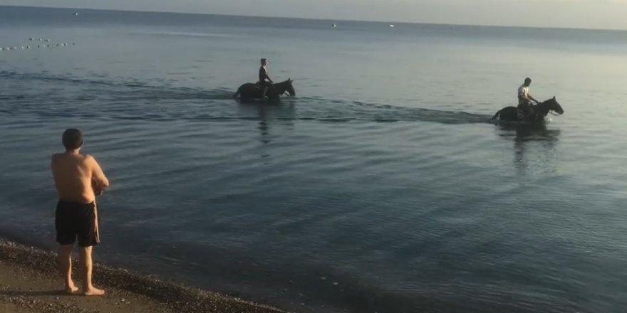 Atları denize sokup serinlettiler