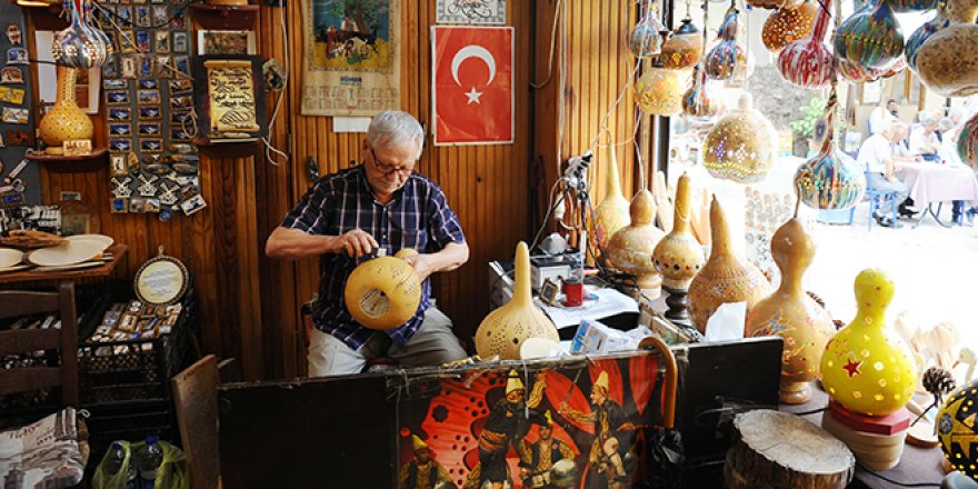 Bursa'nın son ustası, kabağa hayat veriyor