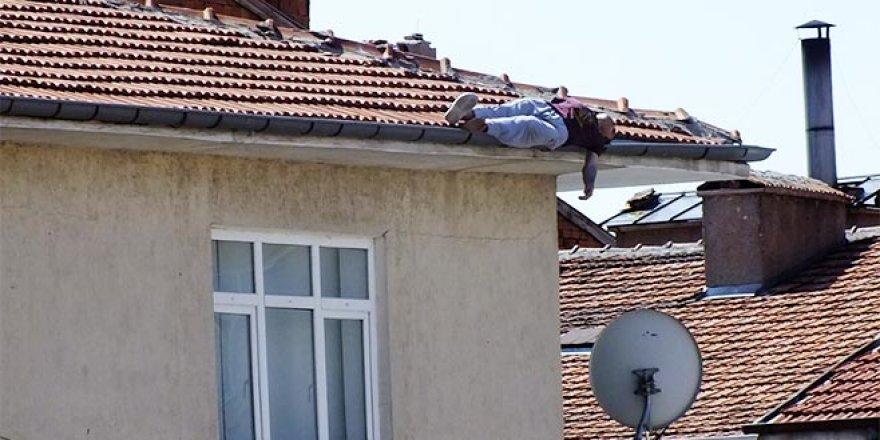 İntihar için çıktığı çatıda uzanırken düştü, öldü