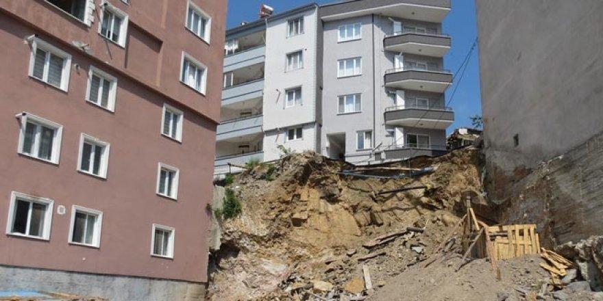 Apartmanın altı oyuldu, vatandaşlar korkudan evlerine giremiyor