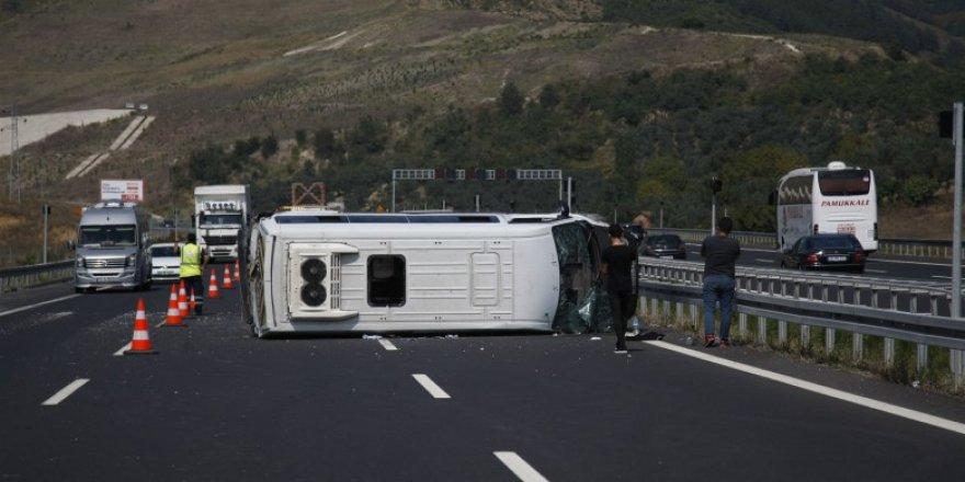 Bursa'da lastiği patlayan minibüs devrildi: 14 yaralı