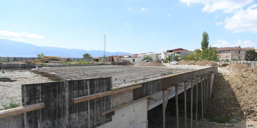 İki mahalleyi birleştirecek köprü hızla yükseliyor