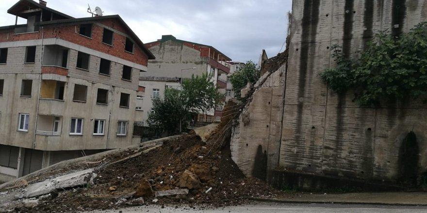 Okulda istinat duvarı çöktü! Öğrenciler tahliye edildi