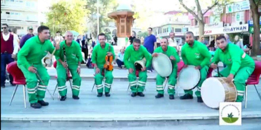 Çöpçülerden kıpır kıpır bir Türk Marşı yorumu