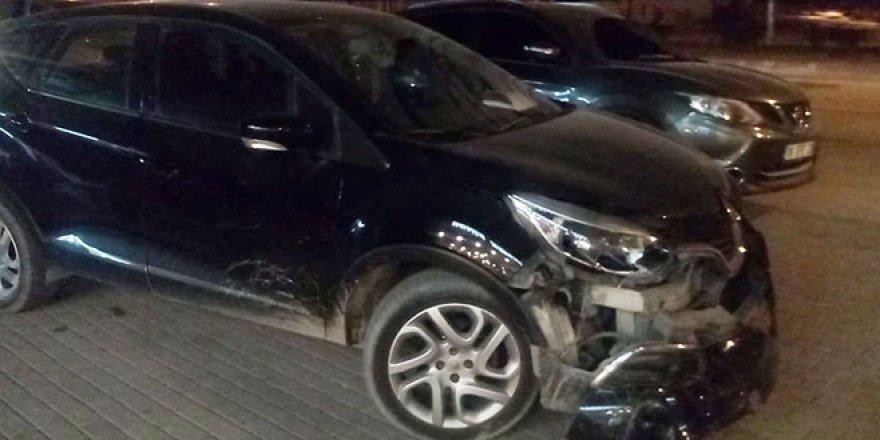 Bursa'da 3 aracın karıştığı zincirleme kaza güvenlik kamerasına yansıdı