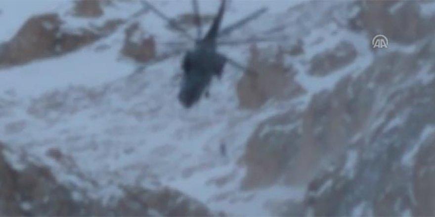 Çığ altında kalan dağcılardan biri kurtarıldı