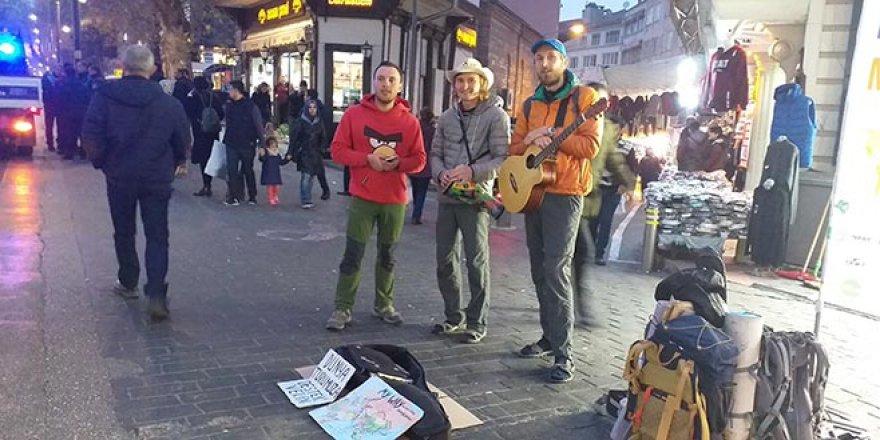 3 kafadar uçak parası için Bursa sokaklarında