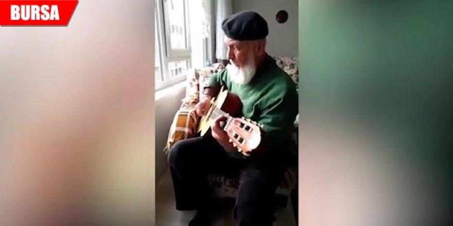 Gitarıyla şov yaptı... İzleyenler hayran kaldı