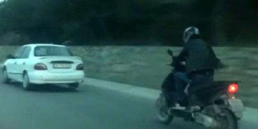 Motosikleti otomobille çektiler