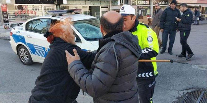 Öfkeli kadın polis aracına bastonla saldırdı!