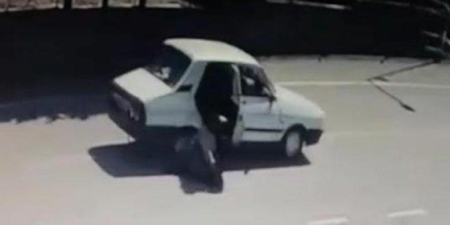 Otomobilden atlayan kadını dövüp yeniden bindirdi