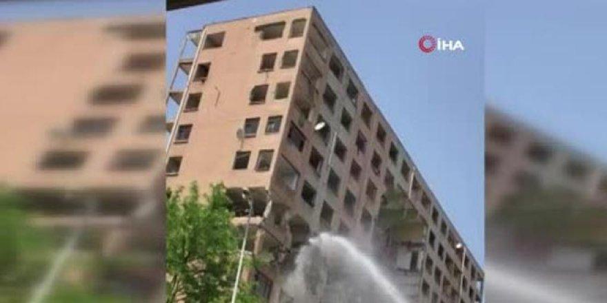 Tehlikeli yıkım! 11 katlı apartman böyle yıkıldı
