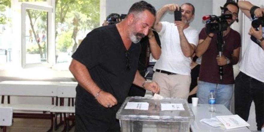 Oy kullandıktan sonra yaptığı hareket herkesi şaşırttı