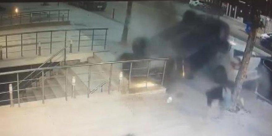 Otomobil takla attı, yayalar son anda kurtuldu