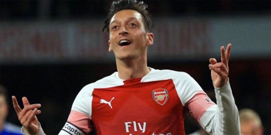 Mesut Özil'e bıçaklı saldırı