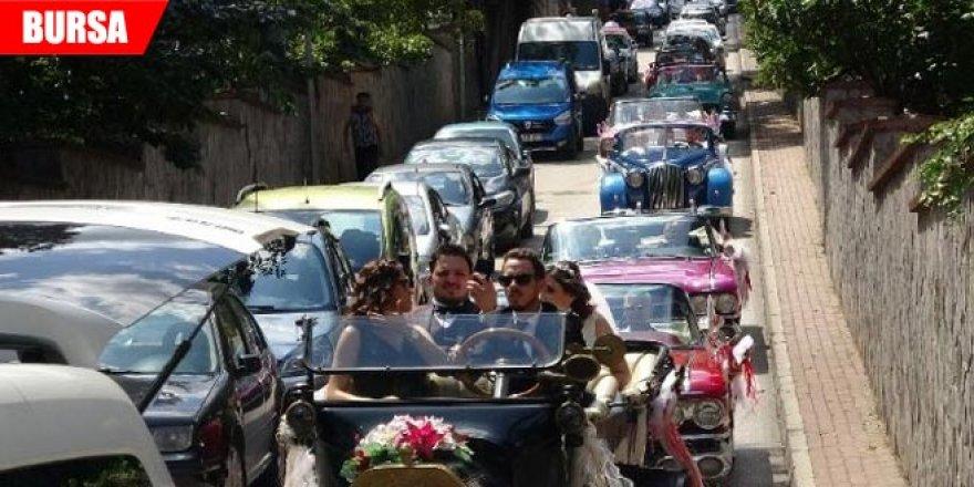 Bu düğün konvoyu görenleri şaşkına çevirdi...1915 model gelin arabası
