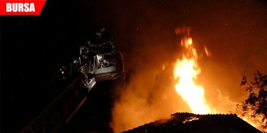 500 aracın bulunduğu otoparkın deposunda korkutan yangın