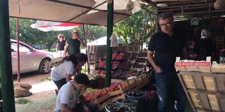 Bursalı manav müşterilerine orgla 'canlı müzik' yapıyor