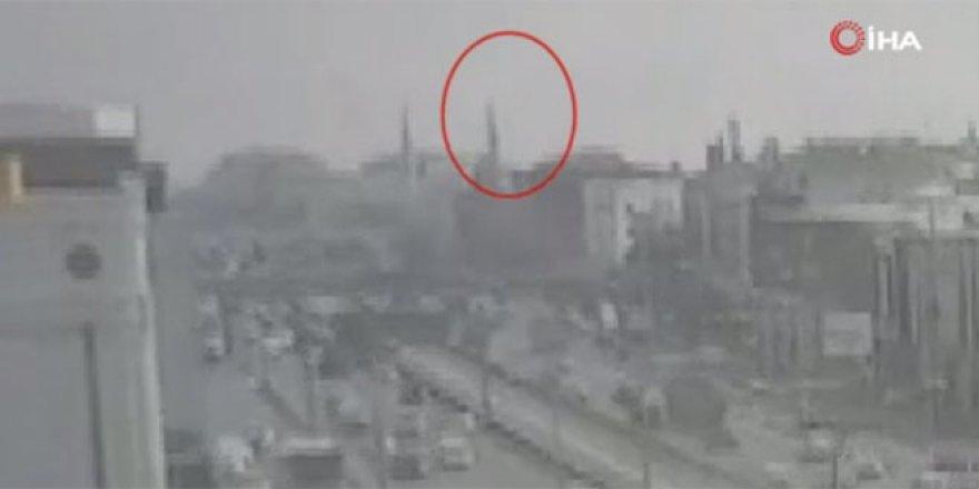 Cami minaresinin yıkılma anı kameralara yansıdı
