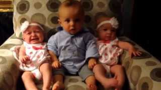 İkizlerin ortasında kalan bebek
