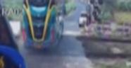 Tren otobüse çarptı: 3 ölü, 30 yaralı