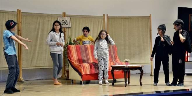Mustafakemalpaşa'da sahne çocukların