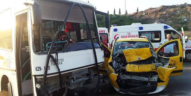 Bursa'da taksi ile midibüs çarpıştı: 6 yaralı
