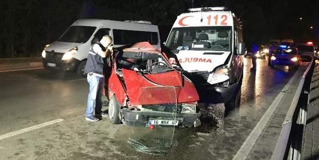 Bursa'da otomobil ambulansla çarpıştı:1'i ağır 4 yaralı