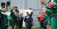 Bursasporlu futbolcular minik şampiyonları alkışlarla karşıladı