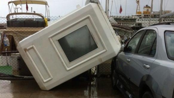 Fırtına Bursa`da hayatı olumsuz etkiledi