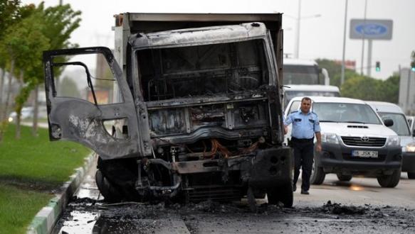 Seyir halindeki kamyon alev alev yandı