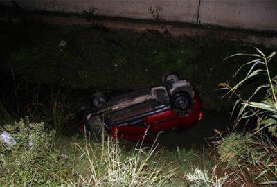 Bursa'da otomobil su kanalına uçtu