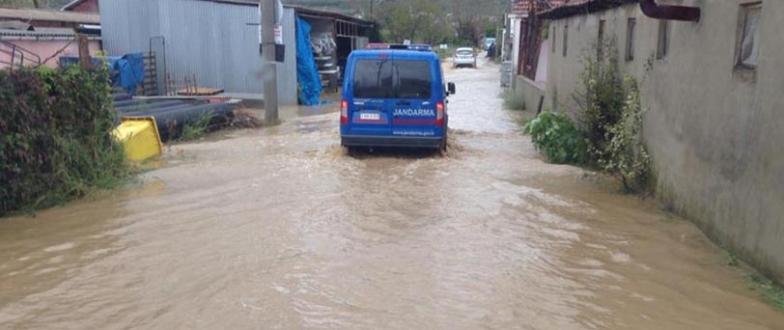 Sağanak yağış Bursa`da su baskınlarına neden oldu
