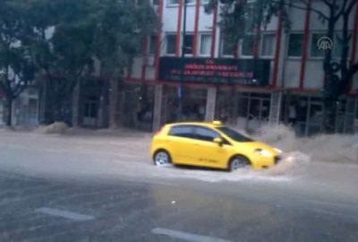 Bursa`da sele kapılan aracın sürüklenme anı