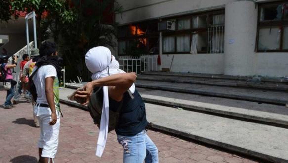 Kayıp protestosunda belediye binası yakıldı