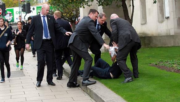 Cameron`a protesto girişimi