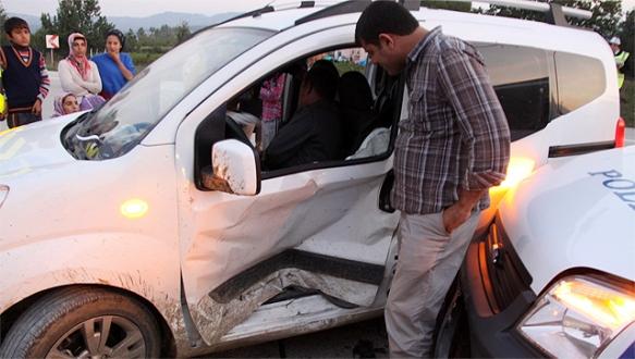 Ekip otosu ile işçi taşıyan araç çarpıştı