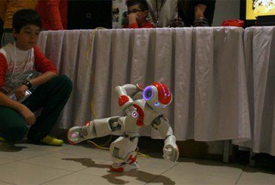 13 yaşındaki dahi çocuk robota istediğini yaptırıyor