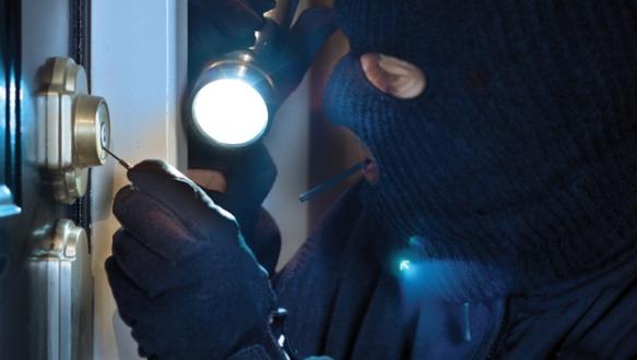 Maskeli hırsızlar iki bakkalı soydu