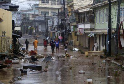 Hagupit yıkıp geçiyor
