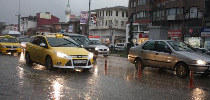 Bursa'da sağanak yağış hayatı felç etti!