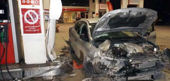 Bursa'da otomobil akaryakıt istasyonuna daldı: 5 yaralı