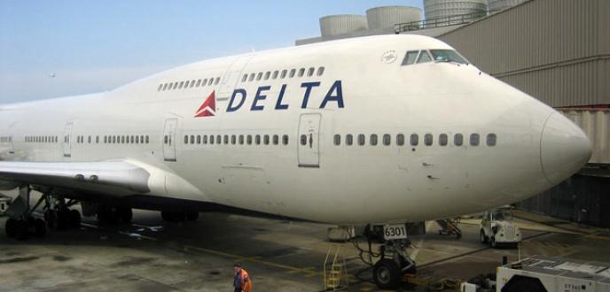 Yolcu uçağıyla silah kaçırıldı