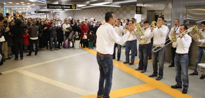 Metro İstasyonu'nda yolculara büyük sürpriz!