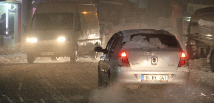Bursa'da kar yağışı trafiği kilitledi!