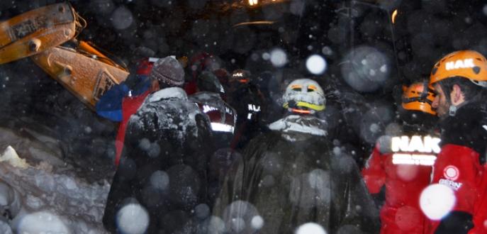 Yoğun kar yağışından dolayı göçük altında kaldılar