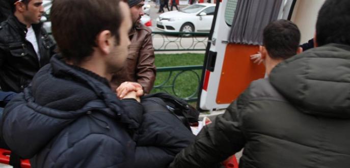 Çarptığı adamı sedye ile ambulansa taşıdı