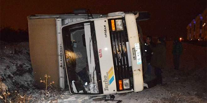 Bursa'da kamyon buzlu yolda devrildi